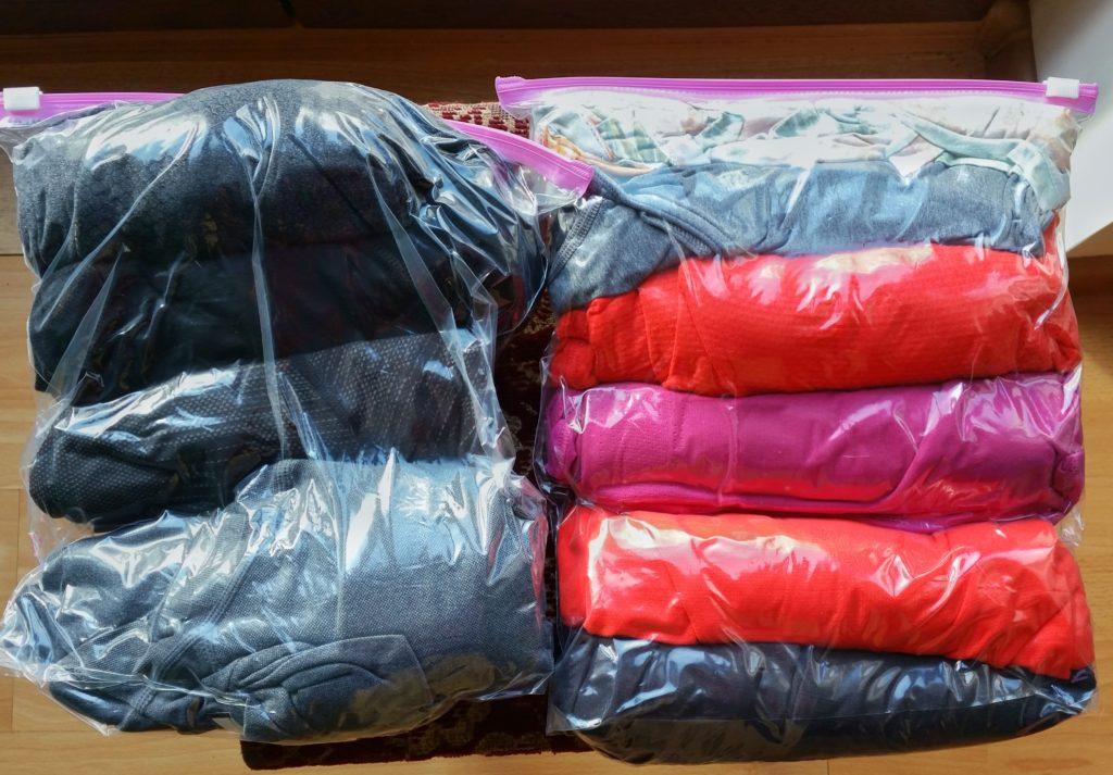 Zrolowane ubrania wworeczkach strunowych